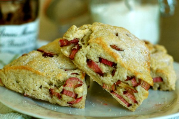 Rhubarb scones with vanilla sugar