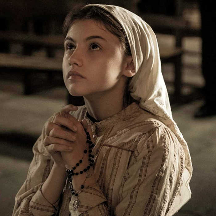 Lucia Santos praying in the church in the Fatima movie.